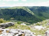 Uitsig tot onder in die kom van die Oribi Gorge waar die Umzimkulwanarivier vloei